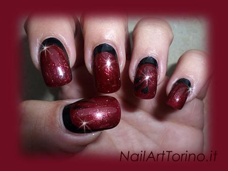 Nail-Art-total-color-rosso-perlato-nero-dettaglio